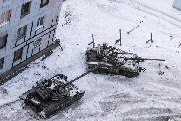 Tanky ukrajinskej armády medzi domami na sídlisku v meste Avdijivka na východe Ukrajiny.