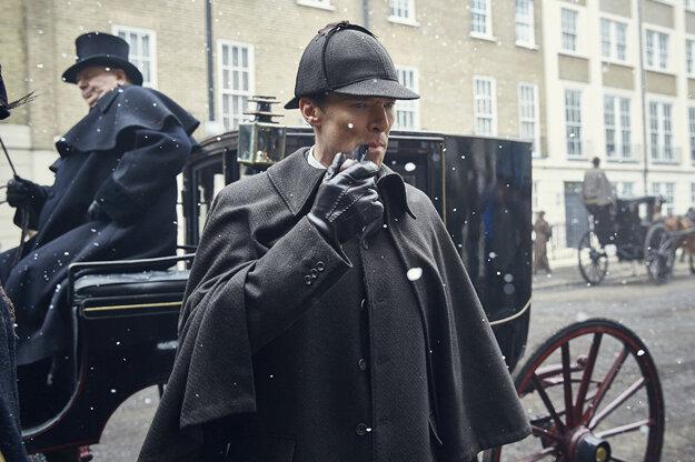 Sherlock Holmes je záhadou, záhadne sa presúva aj z jedného obdobia do druhého.