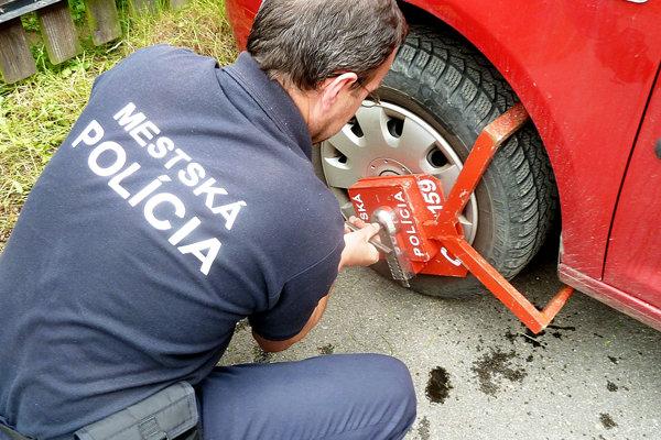 Jednou zčinností mestskej polície je kontrola parkovania.