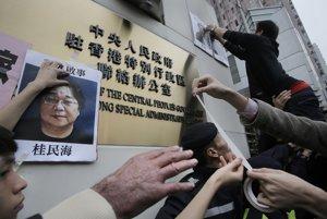 Hongkonskí aktivisti žiadajú, aby vláda vyšetrila zmiznutie zamestnancov kritického vydavateľstva.