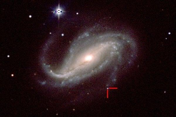 Supernova 2016gkg (vyznačená červenými čiarami) v galaxii NGC 613 v súhvezdí Sochár.