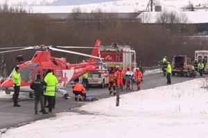 Zásah záchranárov na mieste nehody.