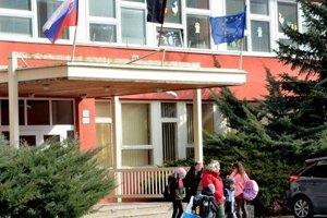 Na škole niekoľko dní viala čierna zástava.