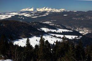 Pohľad z Magury na západ s ústredným motívom - Vysokými Tatrami.