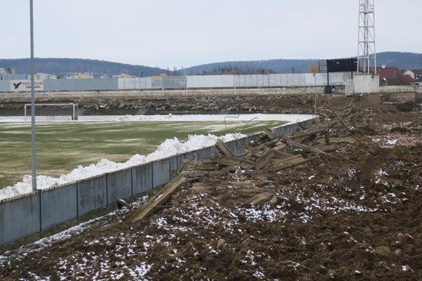Kde bude hrať Prešov vďalšej sezóne? Jeho štadión búrajú. Tatran našiel azyl vPoprade, ale bez záujmu divákov. Rokuje preto sBardejovom. Prešovský štadión zatiaľ búrajú. Fotografia zo včerajška ukazuje, že ztribún sú už rozvaliny.