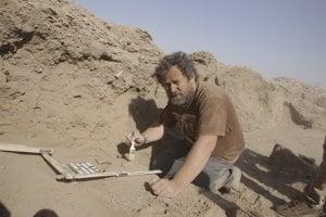 Drahoslav Hulínek je odborným riaditeľom Slovenského archeologického a historického inštitútu (SAHI) a zároveň riaditeľom Projektu SAHI – Tell Jokha v Iraku. Je šéfredaktorom Historickej revue.