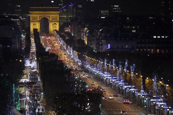 Vianočná výzdoba na bulvári Champs-Élysées v Paríži.