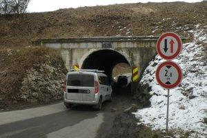 Tunelom prejdú len vozidlá nižšie než 2,8 metrov.