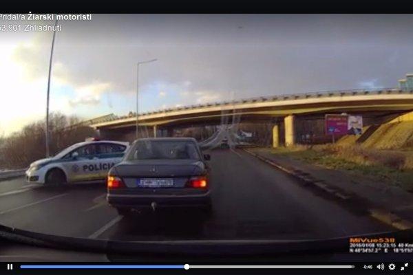 Manéver policajtov vodiči za nimi nečakali.