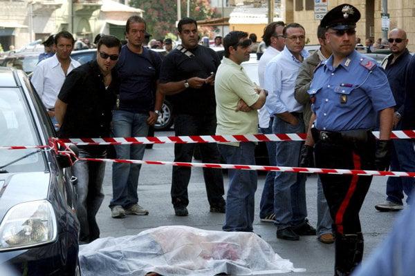 Taliansky karabinier stojí pri tele zastreleného  bossa mafiánskej skupiny Cosa Nostra Nicola Ingaraa v roku 2007 v Palerme. Kalabrijska mafia ´Ndrangheta je dnes už mocnejšia ako jej sicílsky náprotivok.