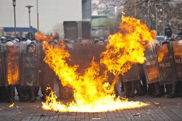 Stúpenci opozície hádzali na policajtov molotovove koktaily.