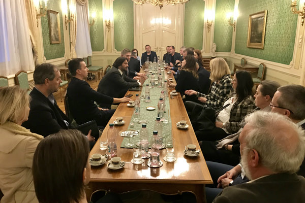 Premiér Robert Fico, Robert Kaliňák a Tibor Gašpar na stretnutí so šéfredaktormi médií.