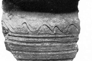Črep z väčšieho hrnca z 12-13.stor. (podľa I. Hrubca).
