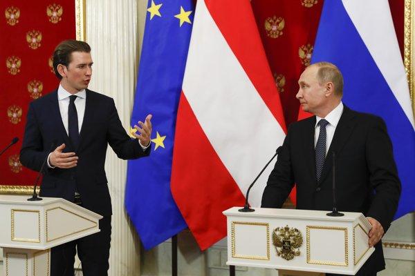 Rakúsky kancelár Sebastian Kurz (vľavo) s ruským prezidentom Vladimirom Putinom na stretnutí v Moskve.