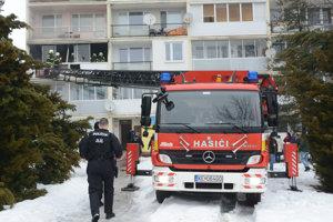 Požiar balkóna. Plamene zlikvidovali hasiči.