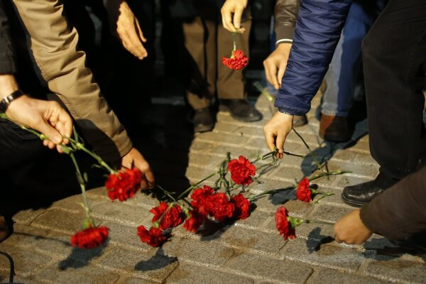 Ľudia si takto prišli na miesto útoku uctiť obete tragédie.