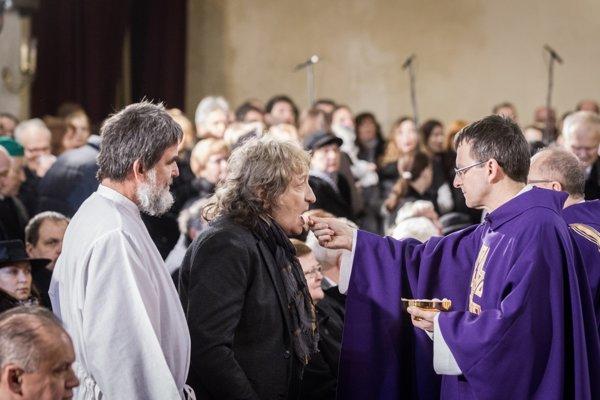 Kazateľ Cirkvi bratskej Daniel Pastirčák a hudobník Marián Varga počas Eucharistie na zádušnej omši za Antona Srholca.