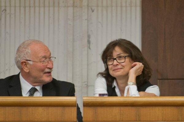 Podpredsedníčka strany Most-Híd Lucia Žitňanská vníma niektoré momenty dnešného prijatia akčného plánu ako cynické. Vľavo František Šebej.