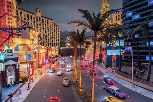 Zmenšený Las Vegas osvetľuje zhruba tridsaťtisíc LED svetielok.