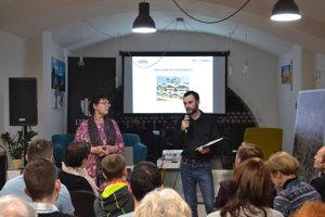 Zora Pauliniová a Oto Nováček. Predstavujú koncept tvorby Manuálu verejných priestranstiev, chcú zapojiť verejnosť.