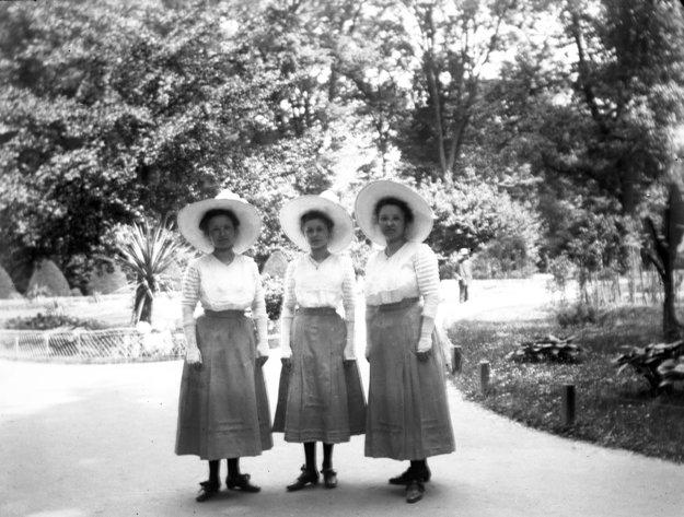 Sestry Neulingerové v petržalskom parku, sklenený negatív.