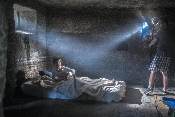 Interiérové scény vznikli v obydliach vytesaných do skaly.