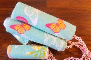 Znovu použiteľné tampóny sú podobne ako látkové vložky vyrobené z bavlny, ale niektoré ženy si ich doma aj samy štrikujú alebo pletú.