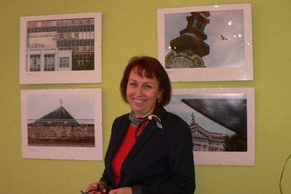 Zdenka Smrečková pri fotografiách dominánt Nitry.