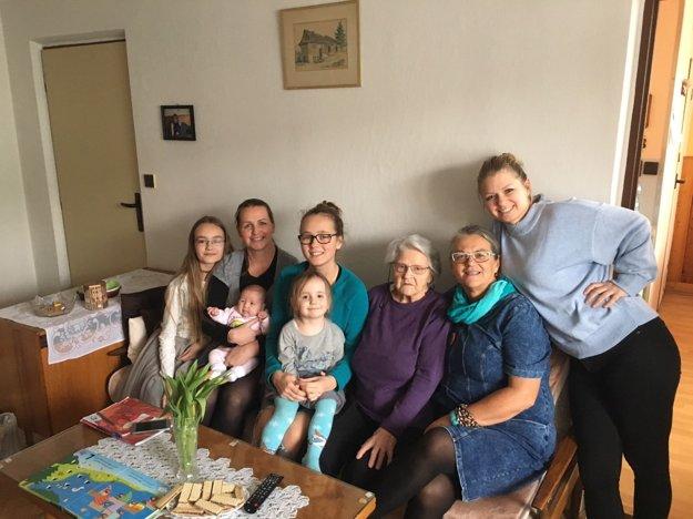 Ženy nášho rodu – deväťdesiatročná maminka, dve dcéry, štyri vnučky aDaška Sarita.
