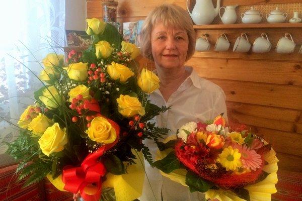 Starostka obce dostala kyticu pätnástich ruží, ktoré pripomínajú jej pätnásť rokov vo funkcii.