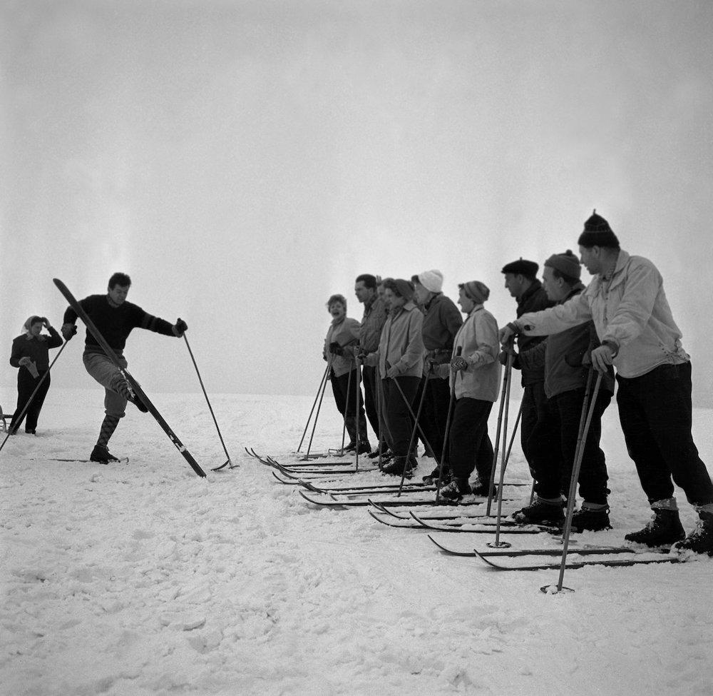 Na archívnej snímke z 29. januára 1960 pracovníci výrobných družstiev na rekreácii v hoteli Veľká Fatra