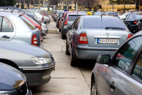 V Prievidzi bude viac odstavných plôch pre autá.