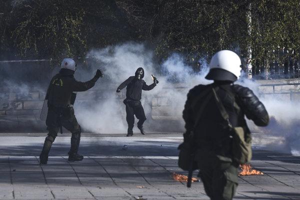 Polícia použila slzný plyn a zábleskové granáty.