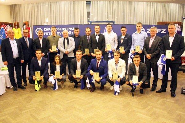 Spoločná snímka ocenených hráčov, ďalších laureátov, organizátorov a hostí galavečera.