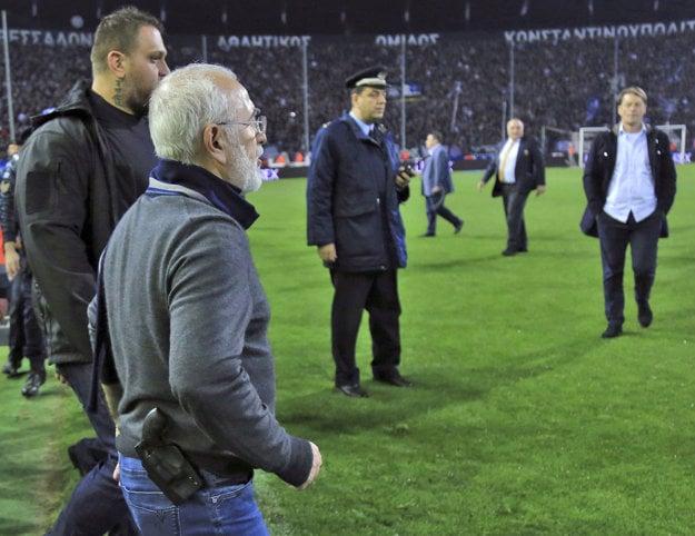 Šéf PAOK Solún Ivan Savvidis vtrhol na ihrisko so zbraňou.
