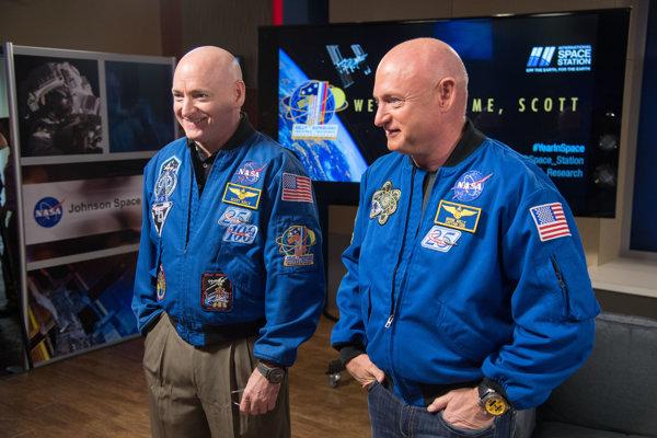 Identické astronautické dvojičky Scott (vľavo) a Mark (vpravo) Kellyovci. Scott strávil rok vo vesmíre, zatiaľ čo Mark zostal na Zemi. Pomôžu skúmať vplyv pobytu vo vesmíre na ľudské telo.
