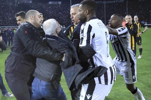 Majiteľ futbalového klubu PAOK Solún Ivan Savvidis vtrhol na hraciu plochu so zbraňou, keď rozhodcovia v nadstavenom čase neuznali jeho tímu gól na 1:0.