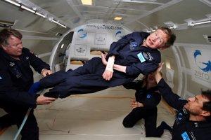 Astrofyzik Stephen Hawking počas letu v upravenom lietadle, ktoré simuluje nulovú gravitáciu.