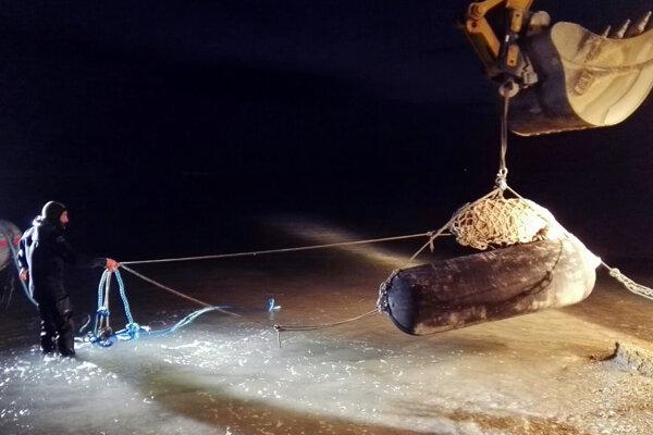 Experti vyťahujú bombu z druhej svetovej vojny v talianskom meste Fano.
