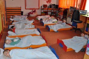 Deti sa vzdelávajú a spia v nevyhovujúcich podmienkach.