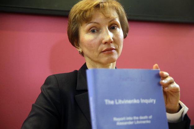Marina Litvinenková ukazuje kópiu správy.