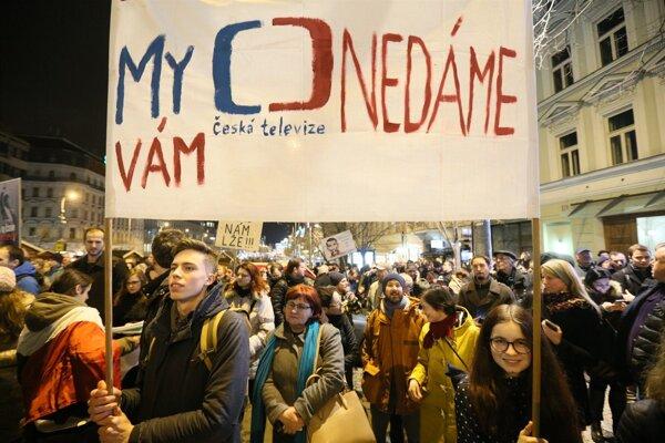Na Václavskom námestí v Prahe sa v stredu večer konala  demonštrácia na podporu Českej televízie v reakcii na inauguračný prejav Miloše Zemana.