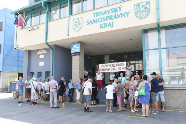 Proti prenájmu internátu protestovali ľudia pred budovou župy ešte v lete.