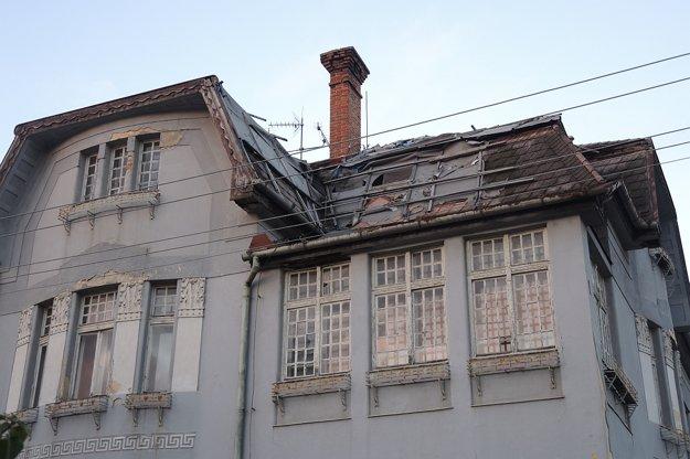 Vilu vroku 2011 postihol požiar, zhorela na nej strecha aodvtedy chátra.
