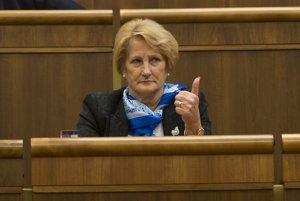 Poslankyňu Smeru Janu Laššákovú zvolila vlastná strana za kandidátku na ústavnú sudkyňu. Preslávila sa palcom, ktorým ukazuje zvyšným 82 kolegom, ako majú hlasovať.