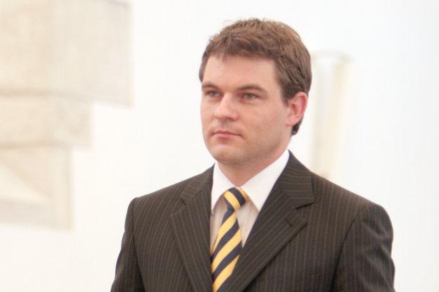 Novozvolený poslanec Peter Pelegrini si prichádza prevziať osvedčenie  o zvolení do Národnej rady Slovenskej republiky (NR SR), 26. jún 2006, Bratislava.