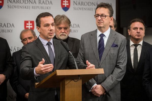 Ako o novom ministrovi kultúry sa najprv hovorilo o Erikovi Tomášovi, väčšie šance má však Dušan Jarjabek.