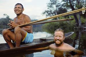 Daniel Everett (66) je americký lingvista a spisovateľ. V roku 1977 sa ako misionár aj s rodinou vydal do Amazonského pralesa priniesť kresťanské učenie odľahlému kmeňu lovcov a zberačov Piraha v brazílskej Amazónii. Strávil s nimi s prestávkami viac než tridsať rokov.