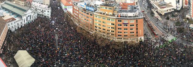 Námestie SNP v Bratislave je opäť zaplnené.