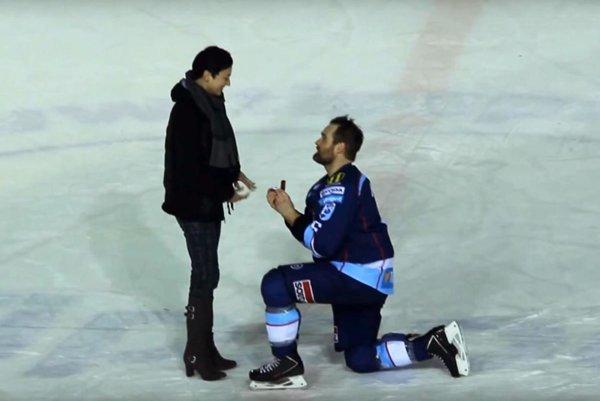 Hokejista Nitry Jamie Milam požiadal priateľku Terescu o ruku krátko po víťazstve 2:1 nad Martinom.